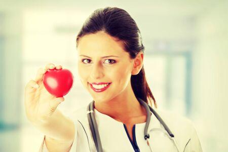 Giovane infermiera con il cuore in mano  Archivio Fotografico - 28560860