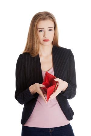 Zakelijke vrouw toont haar lege portemonnee. Geïsoleerd op wit.