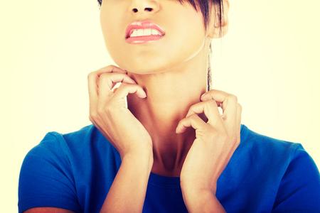 Young beautiful woman scratching her self 版權商用圖片 - 28951806