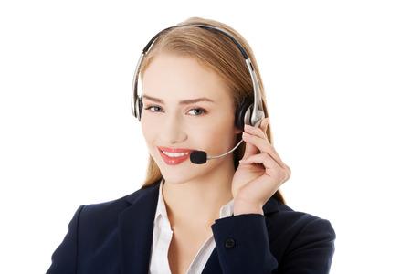 Mujer del centro de atención telefónica que sonríe con auricular