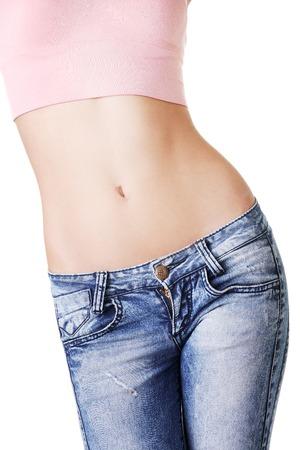 Close-up op fitness vrouw blijkt platte buik.