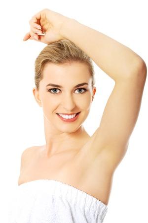 Schöne glückliche Frau, die Spa ihre rasierte Achselhöhle. Standard-Bild - 36074432