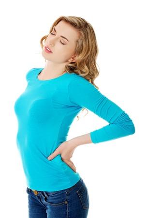 Volle lengte vrouw met pijn in de rug.