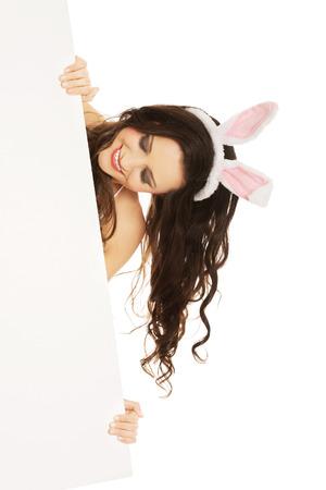 Glückliche Frau tragen Bunny Ohren und halten eine leere baner Standard-Bild - 36118102