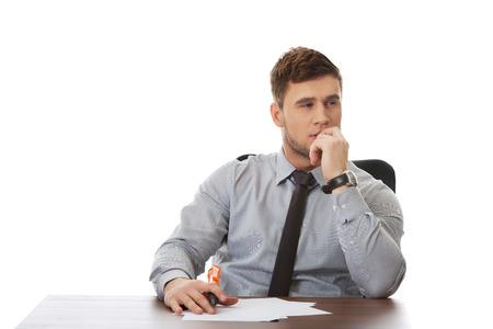 Doordachte zakenman schrijven van een notitie in het kantoor.