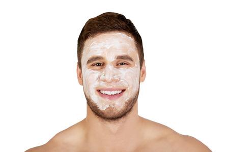 Knappe man met moisturizer crème op zijn gezicht. Stockfoto