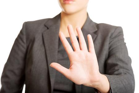 Zakenvrouw stopbord met haar hand.