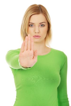 Jonge blanke vrouw met stop-gebaar.