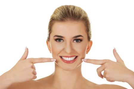 Vrouw toont haar witte tanden, geïsoleerd op wit
