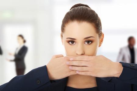 彼女の口を手で覆っている若い実業家の肖像画 写真素材 - 51542409
