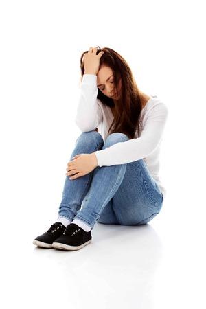 Junge Depression Frau auf dem Boden sitzen.