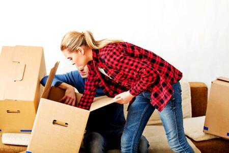 Junge Paare mit Kisten - Verpackung oder das Auspacken.
