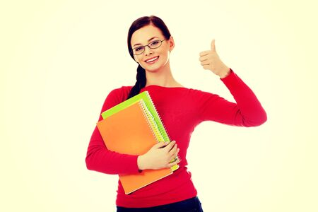 Bonne femme d'étudiant avec le pouce vers le haut.