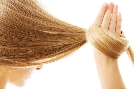 긴 금발 인간의 머리카락 근접입니다.