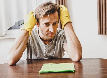 Man doing housework Imagens