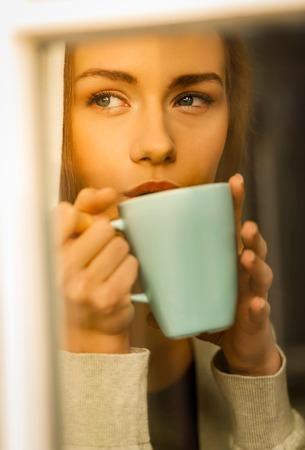 Woman drinking coffee Standard-Bild - 127485422
