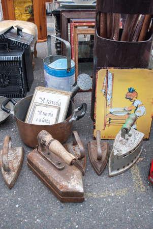 antiquary: Objetos viejos en un mercado anticuario en Pav�a (norte de Italia)