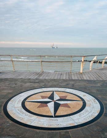 puntos cardinales: Una rosa de los vientos en un paseo marítimo de Pesaro