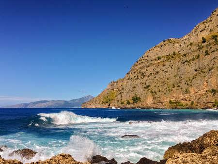 mare agitato: Scogliere vicino Maratea (Italia meridionale) e mare mosso Archivio Fotografico