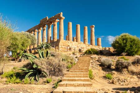templo griego: El templo de Juno, en el Valle de los Templos de Agrigento Foto de archivo