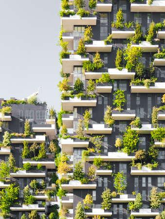 """""""Bosco Verticale"""" letterlijk """"Vertical Forest"""" is een complex van twee woontorens in de moderne wijk Porta Nuova in Milaan; hun bijzonderheid is dat ze honderden bomen en planten in de gevels te hosten."""