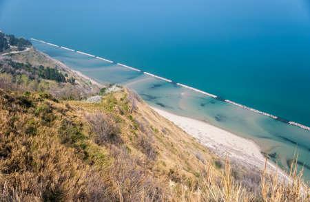 ペザーロ近くのサン ・ バルトロ山に沿って海岸線