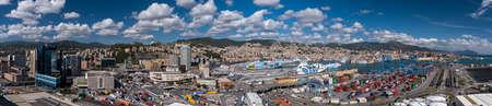 GENUA, ITALIEN - 17. SEPTEMBER 2017: Panoramablick des Stadtzentrum und des Hafens von Genua