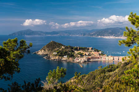 Panoramic view of Sestri Levante and its promontory; coastline of Liguria in the background Imagens