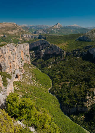 The river Verdon flows across the mountains in Haute Provence (France) Imagens