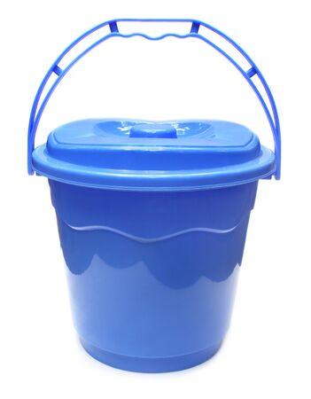 bucket water: Cubo de agua pl�stico sobre fondo blanco Foto de archivo