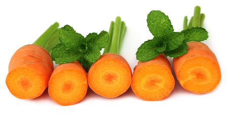 tapering: Close up image of fresh carrots with mint leaves