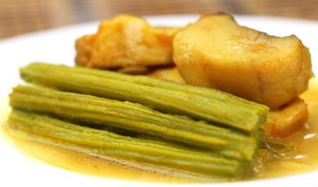 mlonge: Moringa curry con pesce su un piatto