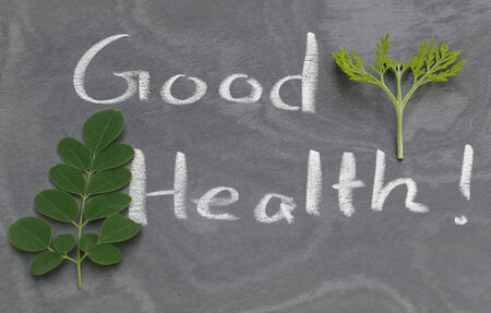 buena salud: Moringa deja con buena salud por escrito en una pizarra de tiza por whtie