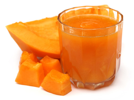 jugo de frutas: Jugo de papaya con frutas sobre fondo blanco Foto de archivo