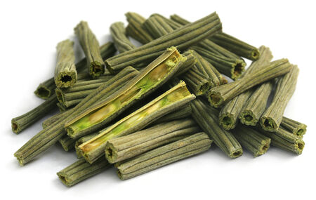 mlonge: Secca Moringa oleifera su sfondo bianco