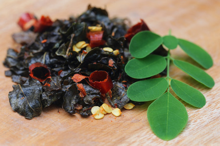 mlonge: Fried e moringa foglie sulla superficie di legno
