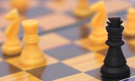 tablero de ajedrez: Primer plano de un tablero de ajedrez de juego