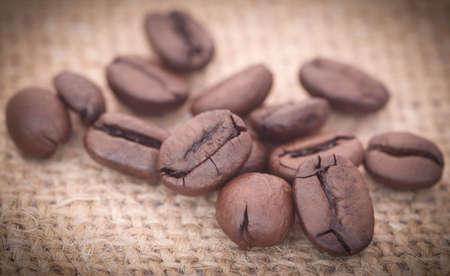 sacco juta: chicchi di caffè torrefatto a sacco di juta