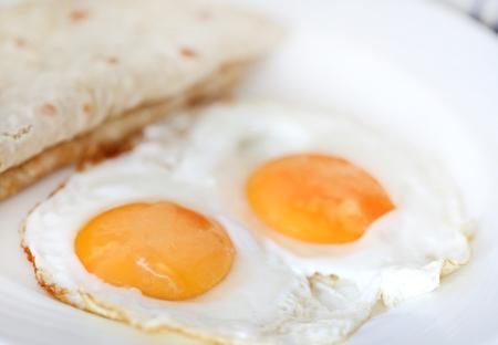 Omelette aux œufs avec du pain tortilla dans une assiette comme petit-déjeuner sain