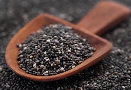 Semilla de chía orgánica, super alimento en cuchara de madera