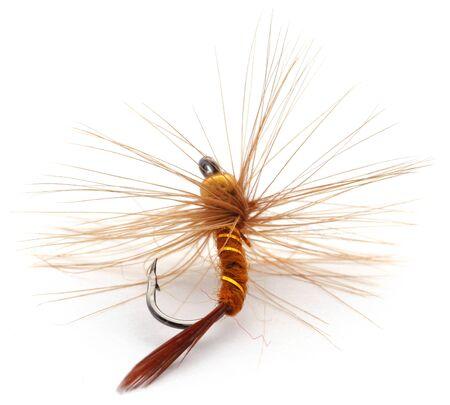 Mouche de pêche à la main avec crochet sur fond blanc