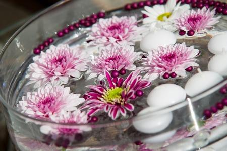 bodas de plata: Velas flotantes y flores. Decoración para una fiesta en el jardín Foto de archivo