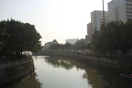 강과 건물
