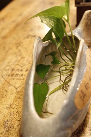 테이블에 기념품 꽃병