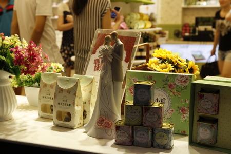 기념품 사탕을 테이블 위에 놓는다.