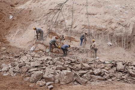 산 능선에있는 노동자의 그룹입니다.