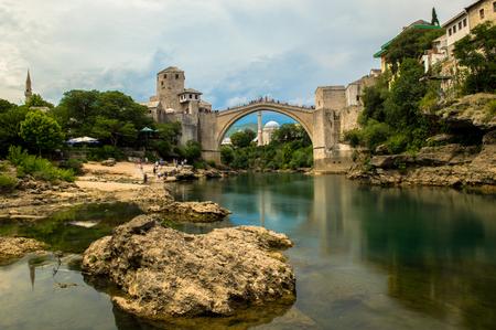 모스 타르, 보스니아 헤르체고비나의 아름다운 올드 브리지의 아름다운 전망 스톡 콘텐츠