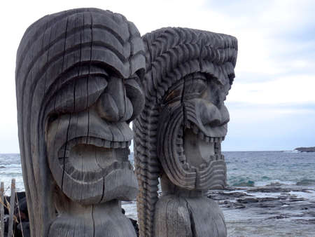 Close up picture of two ancient wooden Tiki sculpture in the Pu'uhonua o Honaunau National Park, Big Island, Hawaii Banco de Imagens - 116444077
