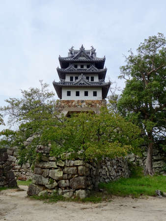 Low angle picture of the small Sumoto Castle on the Island of Awaji, Japan 新聞圖片