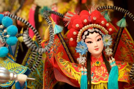 Immagine ravvicinata di una bellissima bambola dell'opera cinese catturata al mercato centrale di Kuala Lumpur, Malaysia